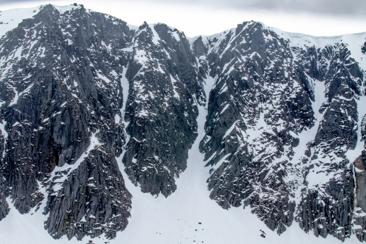 The crags have suffered badly in the recent thaws, including the popular Raeburns Gully which is breaking at the steepening.
